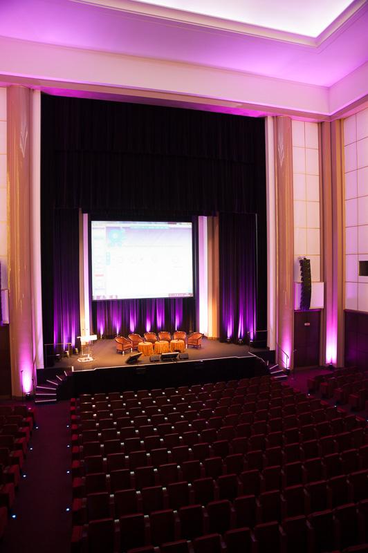 Salle de congrès avant le début des événements